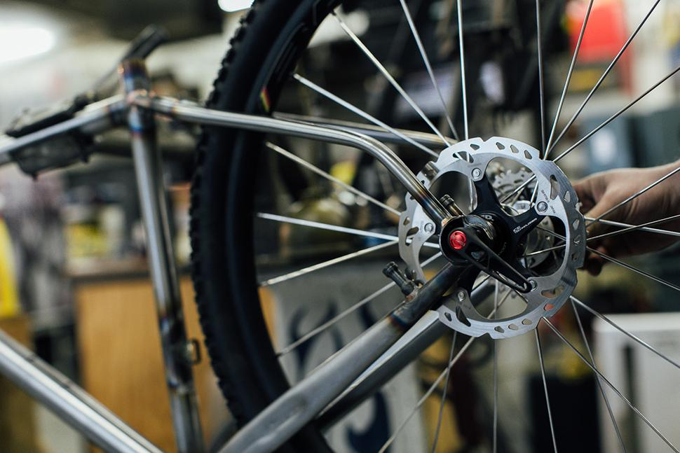 Here's another rad project: Erik's own 700c or 650B dirt machine. Yay discs.