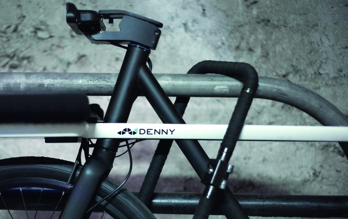 SEA-DENNY-The-handlebar-can-also-be-fully-removed-to-secure-the-frame-to-the-wheel-the-visual-of-a-handlebar-less-bike-also-acts-as-a-visual-deterant-1160x730