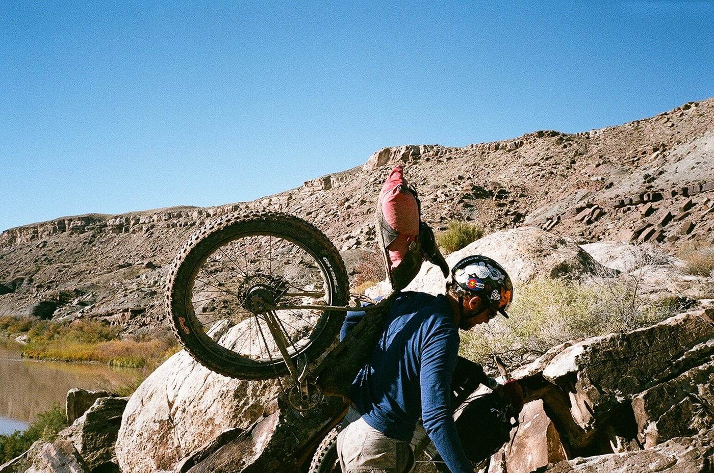 Cass shoulders his Pugsley over rocks on the Kokopelli Trail.