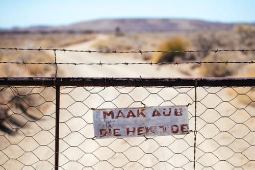 Please close the gate.