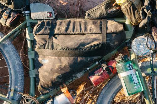 Porcelain Rocket Zipper-less Frame Bag