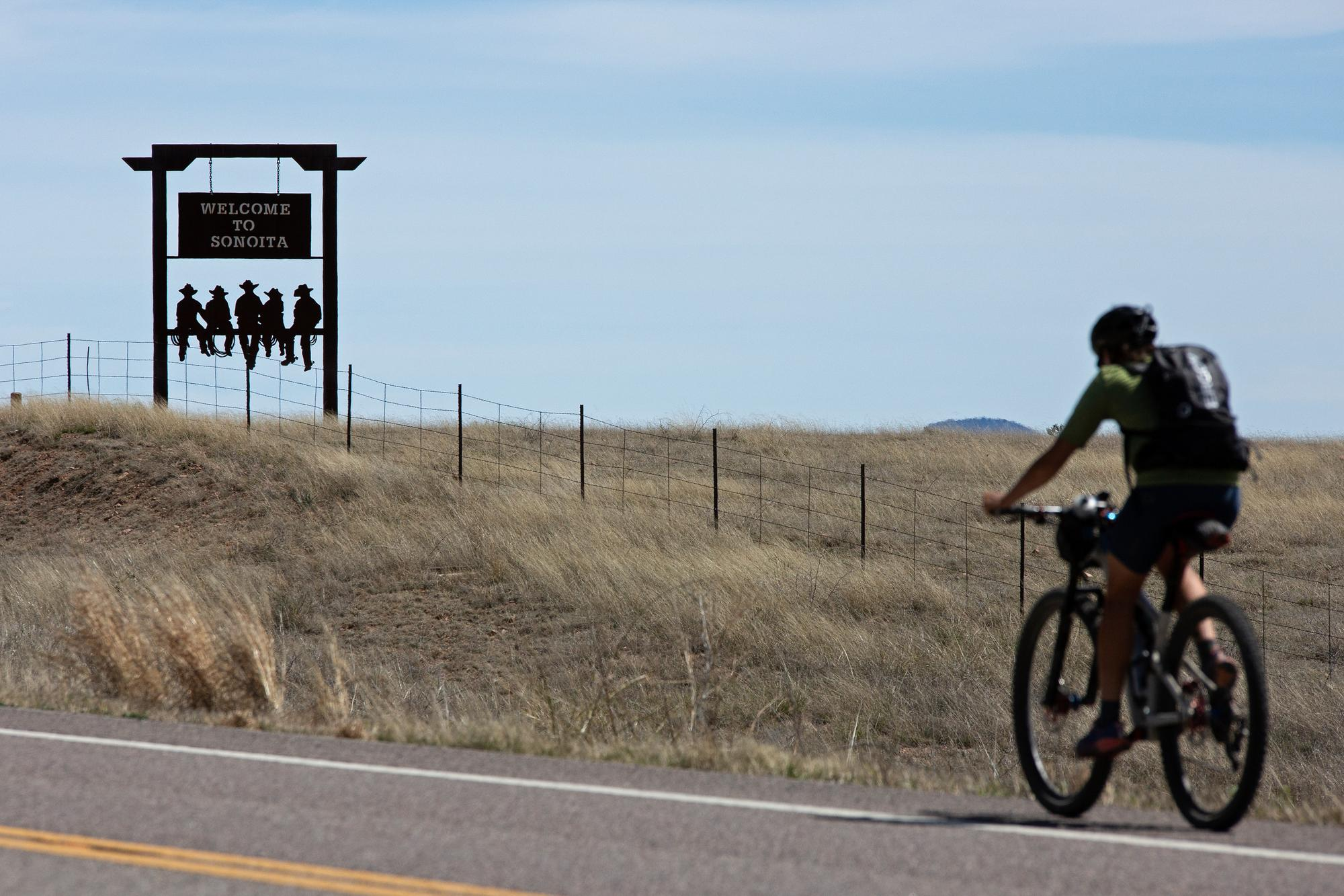 Lael coming into Sonoita. Mile 43 of the AZT 300. (Rugile Kaladyte)