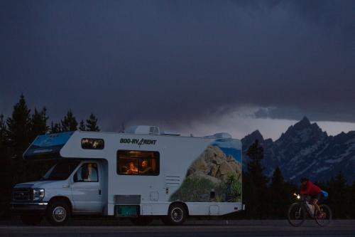 Lael Wilcox passes the Tetons. (Rugile Kaladyte)