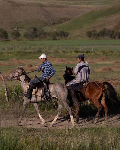 Horsemen past Naryn. (Rugile Kaladyte)