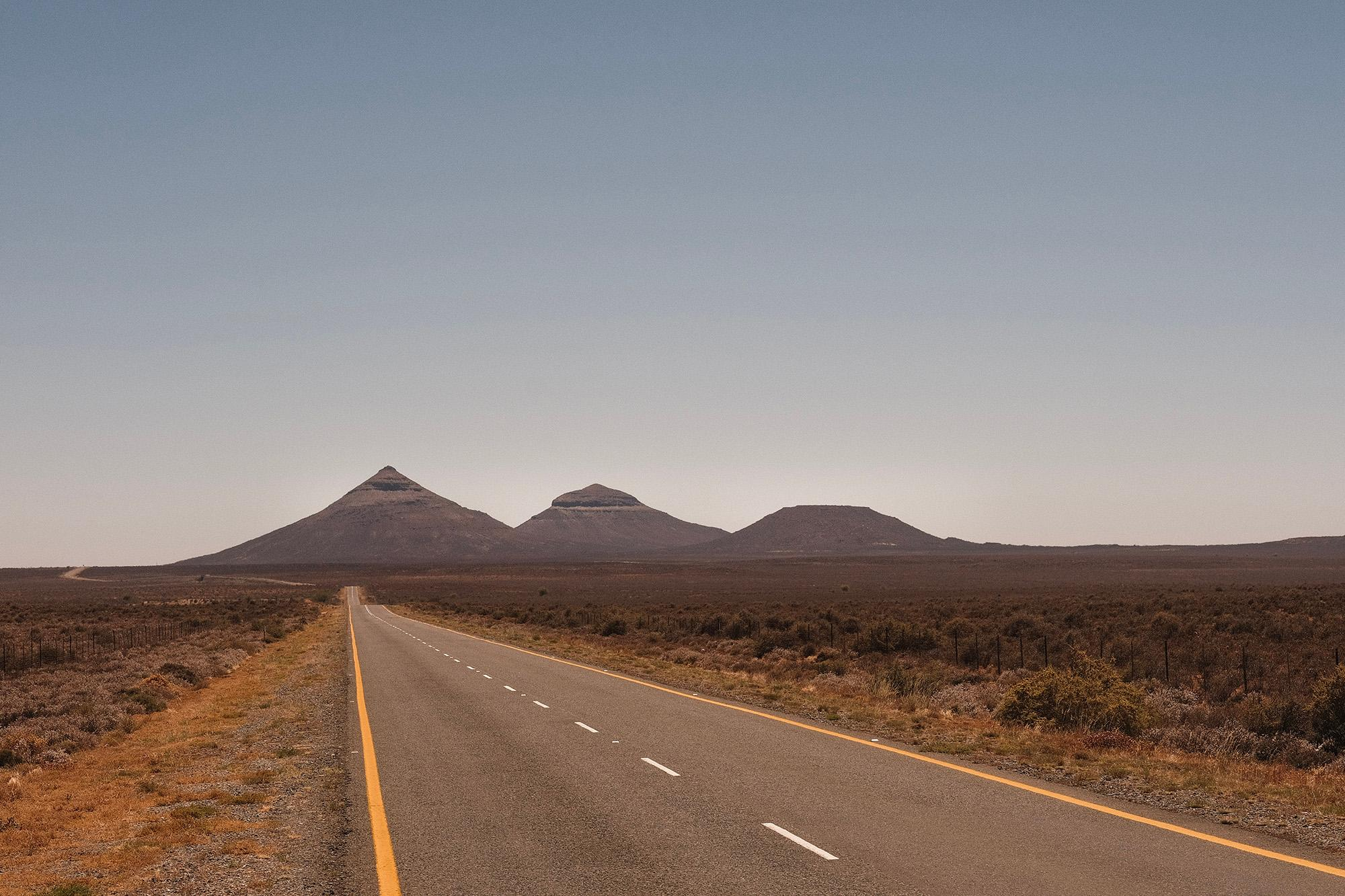 The road to Brandvlei, the last settlement before Verneukpan.